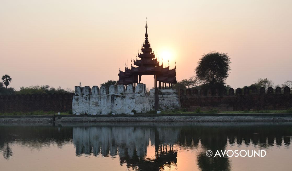 Mandalay die Stadtmauer mit Wassergraben um den Königspalast