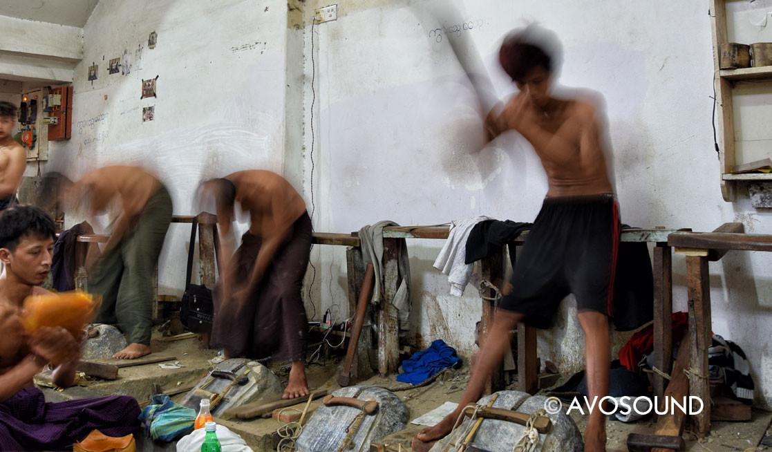 Mandalay Reisebericht - Blattgold Schmied bei der Arbeit